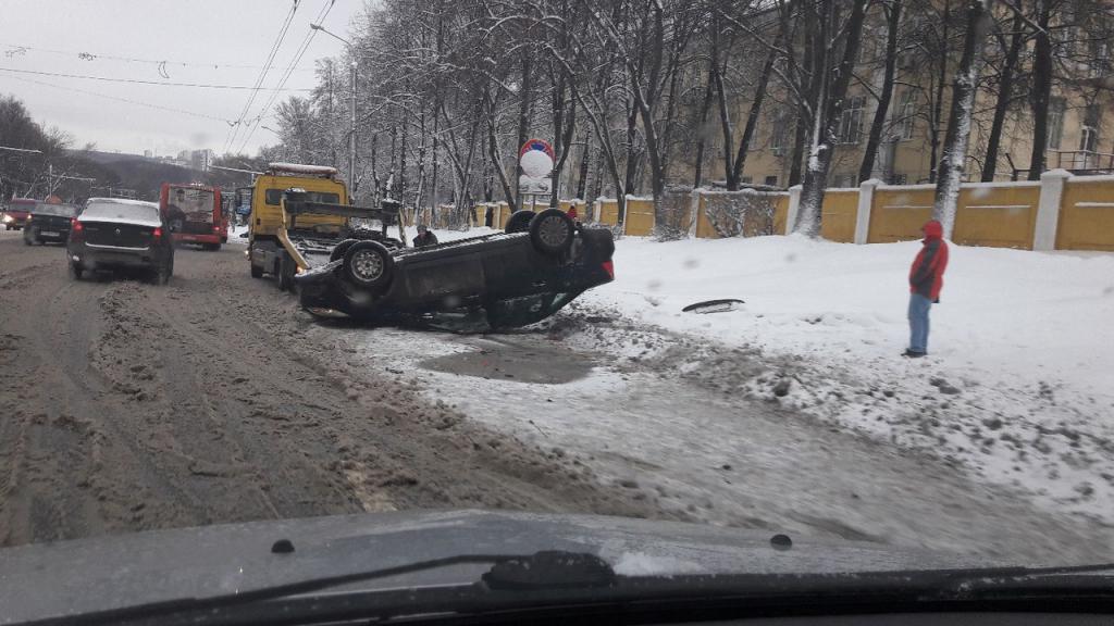 Приоткрытый люк напроспекте Гагарина стал предпосылкой опрокидывания машины