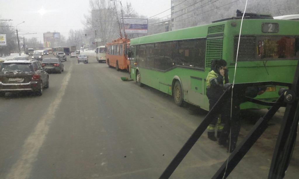 Массовое ДТП сфурой, 2-мя автобусами итроллейбусом случилось напроспекте Гагарина