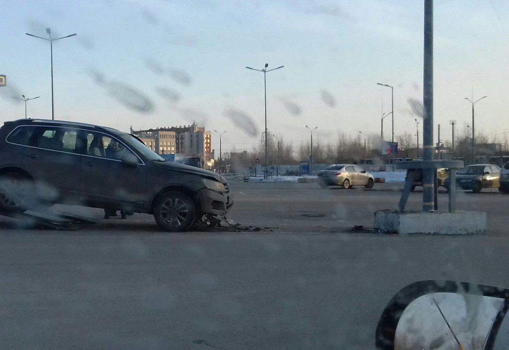 Автоледи наиномарке врезалась встолб на стоянке торгового центра