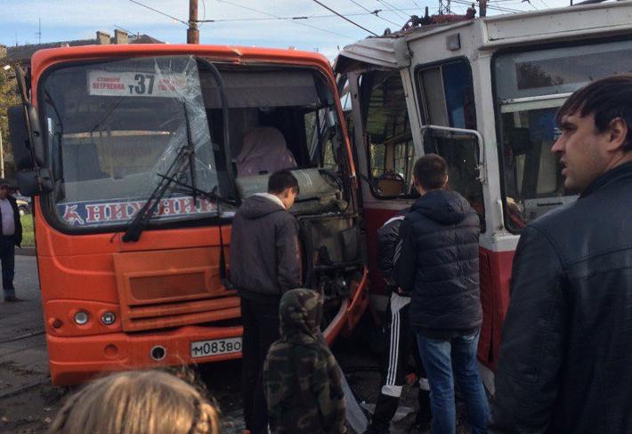 ВНижнем маршрутка врезалась втрамвай, пострадал пассажир