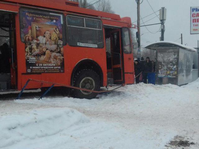 ВНижнем Новгороде троллейбус врезался востановку слюдьми
