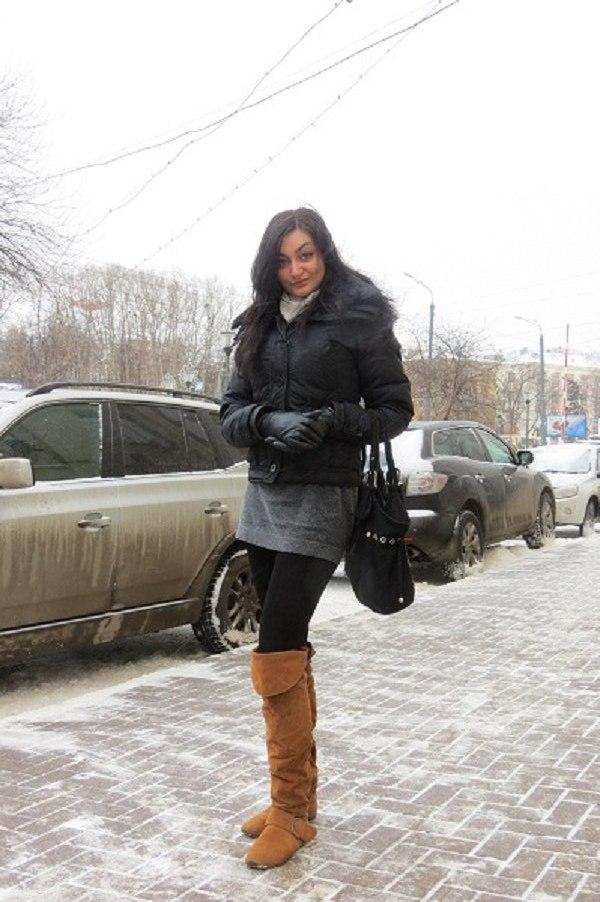 "Сапоги: ТЦ  ""Фантастика "", 5500 рублей.  Куртка: Oggi, 3500 рублей.  Сумка: купила в Греции, 25 долларов."