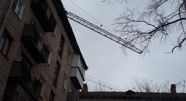 Строители оставляют стрелу крана над жилыми домами в Нижнем Новгороде