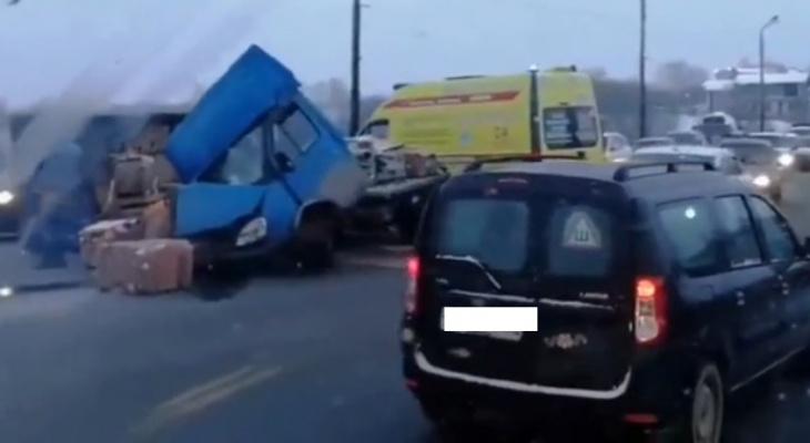 Страшная авария на Мызинском мосту: столкнулись Газель и Ниссан (ВИДЕО)