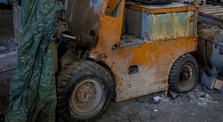 Рабочий погиб под колесами погрузчика в Краснооктябрьском районе
