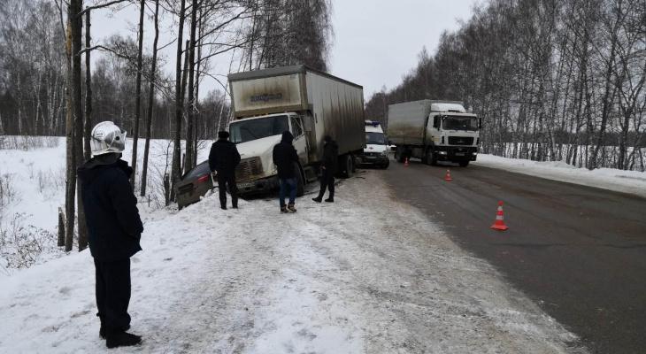 Грузовик и легковушка сошлись лоб в лоб: два человека пострадали и один погиб в Балахнинском районе (ФОТО)