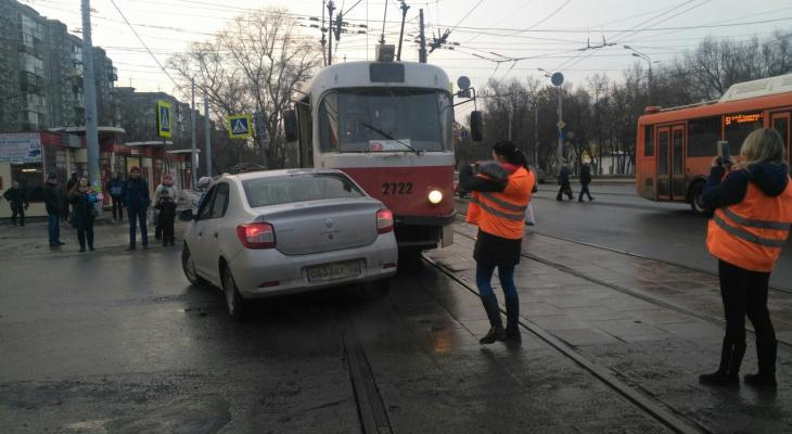 Рено и трамвай не разъехались на улице Коминтерна