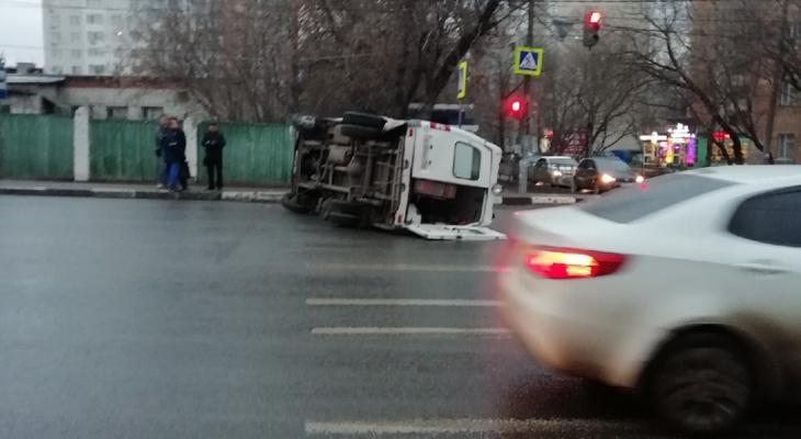 Авария в центре Нижнего Новгорода: легковушка подрезала скорую и она перевернулась (ФОТО, ВИДЕО)