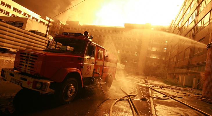 Сильный пожар охватил Заволжский моторный завод 8 апреля