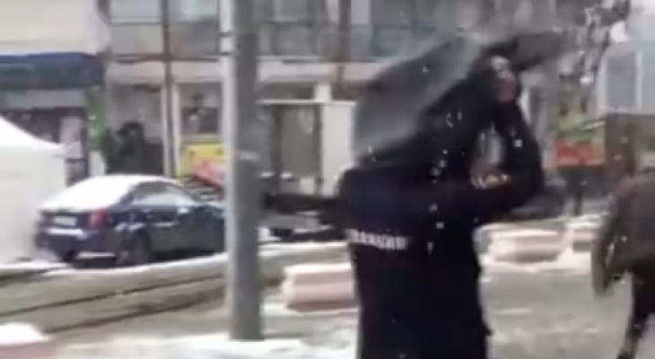 Пранкер надел мусорный пакет на голову полицейскому в Нижнем Новгороде (ВИДЕО)