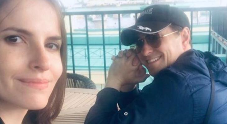 Весь мир в улыбке ребенка: Сергей Безруков показал фото 3-летней дочери Маши на море