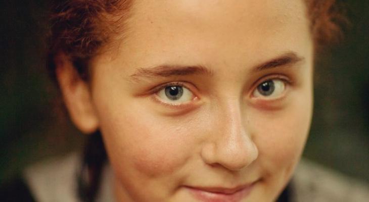 Пичкали психотропами и закрывали в клетке: пропавшая три года назад школьница обвинила семью в истязаниях