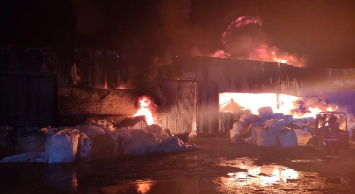 Большой склад с пластиком сгорел в Нижнем Новгороде ночью 9 октября (ФОТО, ВИДЕО)