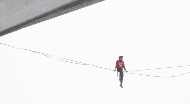 Канатоходец прошел под Молитовским мостом в Нижнем Новгороде (ВИДЕО)