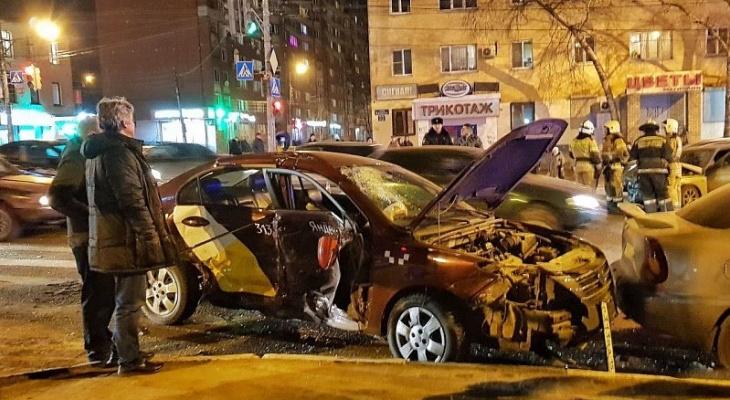 «Вывсе хорошие водители?» Три автомобиля столкнулись напересечении улиц Ванеева иПанина (ФОТО)