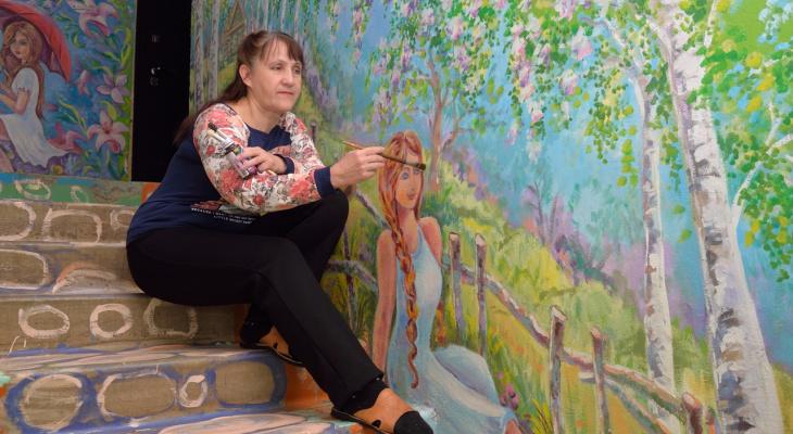 Жительница Арзамаса Надежда Худина превратила обычный подъезд в художественную галерею (ФОТО)