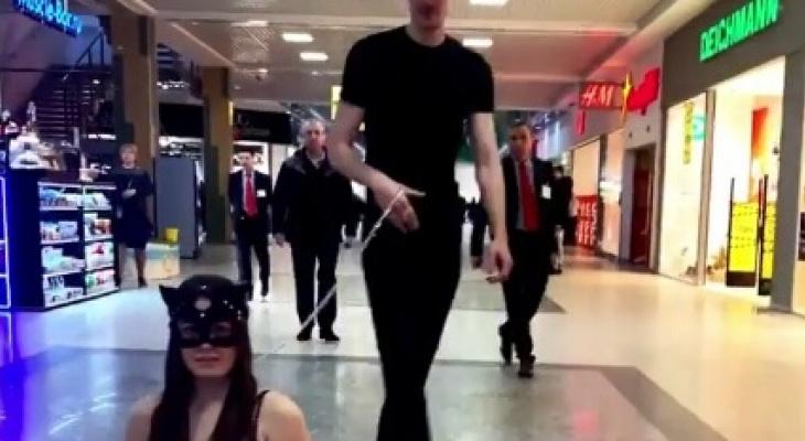 Блогер Илья Молодцов «выгулял» наповодке девушку внижнем белье понижегородскому ТЦ