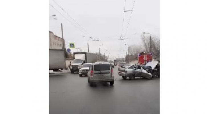 Пошел на таран: грузовик и легковушка столкнулись в Автозаводском районе (ВИДЕО)