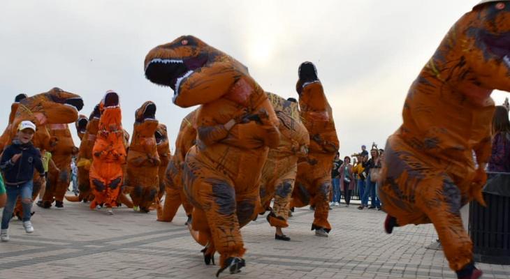 На Нижневолжской набережной прошел забег динозавров