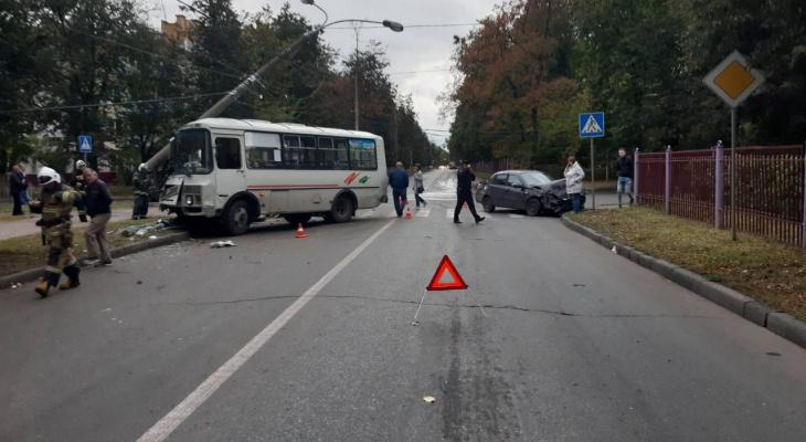 На Автозаводе два человека пострадали в ДТП с автобусом