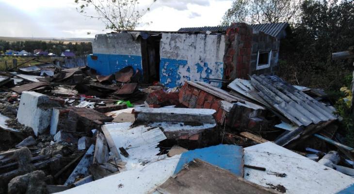 40-летнего мужчину насмерть задавило кирпичами при разборе стены в Починках (ФОТО)
