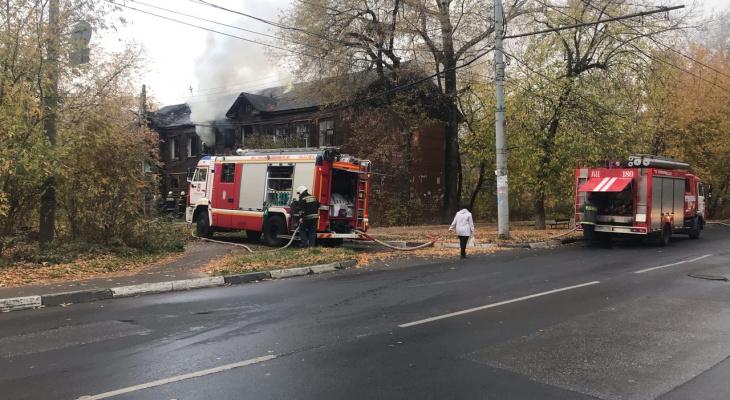 В Нижнем Новгороде загорелся дом ветхого фонда: фото, видео
