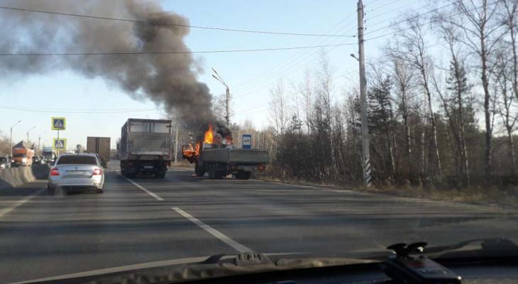 ВНижнем Новгороде находу вспыхнул исгорел Камаз (ВИДЕО)