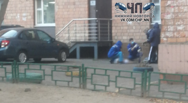 Тело женщины нашли под окнами многоквартирного дома в Нижнем Новгороде