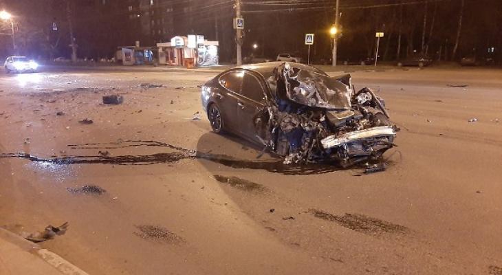 Инфинити и автобус столкнулись на пустой дороге в Нижнем Новгороде (ВИДЕО)