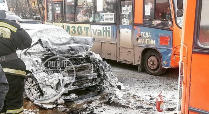 Иномарка врезалась в маршрутку и загорелась в Канавинском районе (ФОТО)