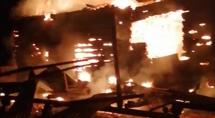 """""""Пожар забрал все"""": мать и восемь детей спаслись от огня в Вознесенском районе"""
