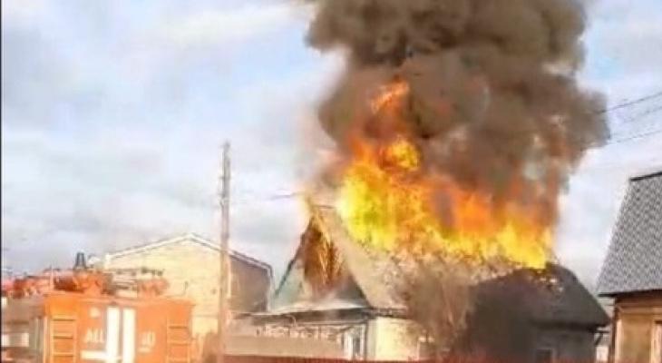 Крупный пожар наБору оставил семью спятью детьми без крыши над головой