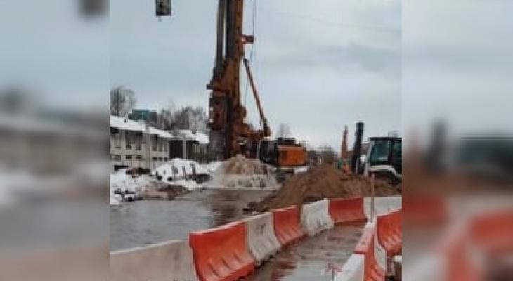 Рабочие повредили трубопровод при строительстве новой развязки на Циолковского