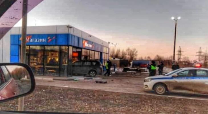 Иномарка протаранила здание автозаправки на Бору 28 марта