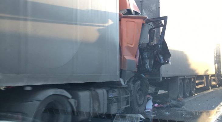 Три фуры столкнулись «паровозиком» нанижегородской трассе