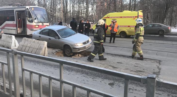 Иномарка провалилась в яму на улице Белинского