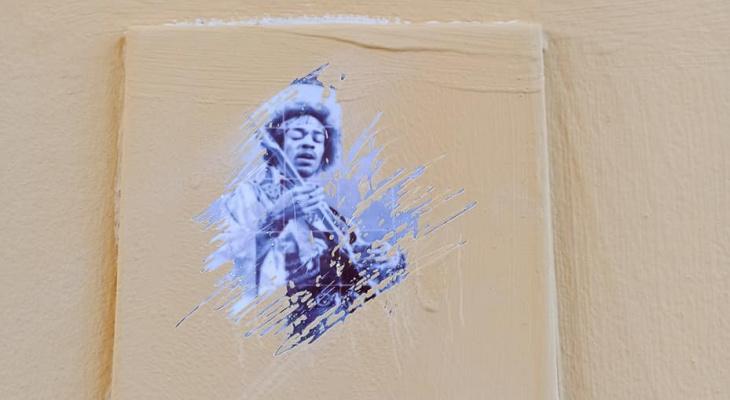 Плитку Бэнкси Нижегородского с изображением Джимми Хендрикса закрасили в переулке Холодный