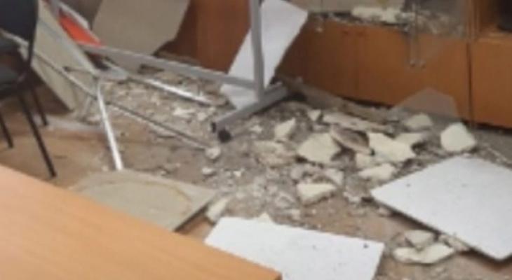 В нижегородской школе во время занятий обрушился потолок в классе