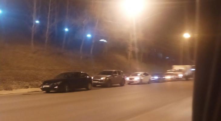 Мужчина погиб под колесами двух авто около Мызинского моста