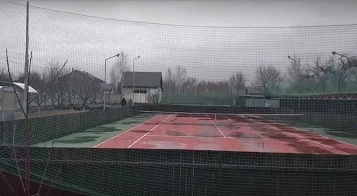 На участке у организаторов незаконного потока миграции нашли теннисный корт в Нижегородской области