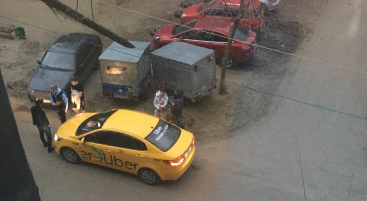Водитель такси устроил драку с пассажирами из-за испачканного салона