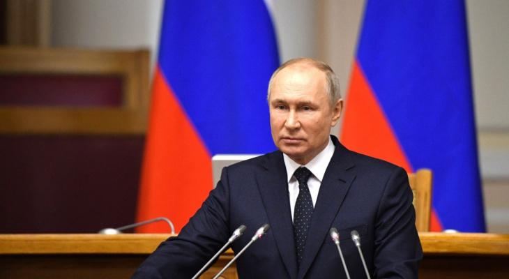 Путин поручил в августе выплатить по 10 000 рублей семьям с детьми от 6 до 18 лет