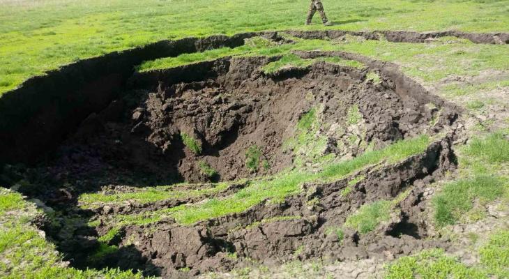 Яма глубиной пять метров и площадью 80 квадратных метров образовалась в Лукояновском районе