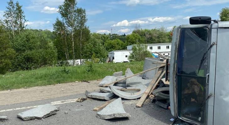 Мужчина погиб на«зебре» под колесами «КамАЗа» вПриокском районе