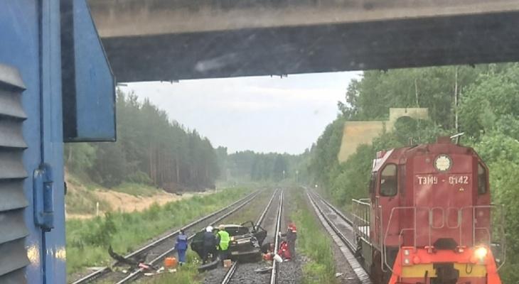 Дорогая иномарка слетела с моста на железнодорожные пути в Нижегородской области