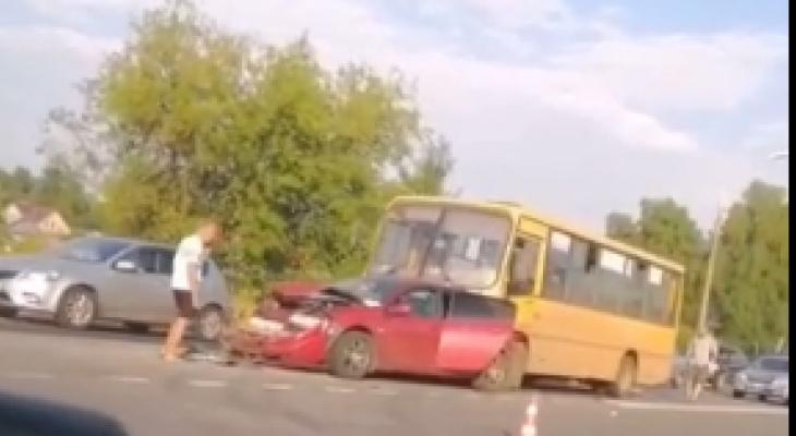 """Автобус """"собрал"""" пять автомобилей на оживленной трассе в Кстовском районе"""