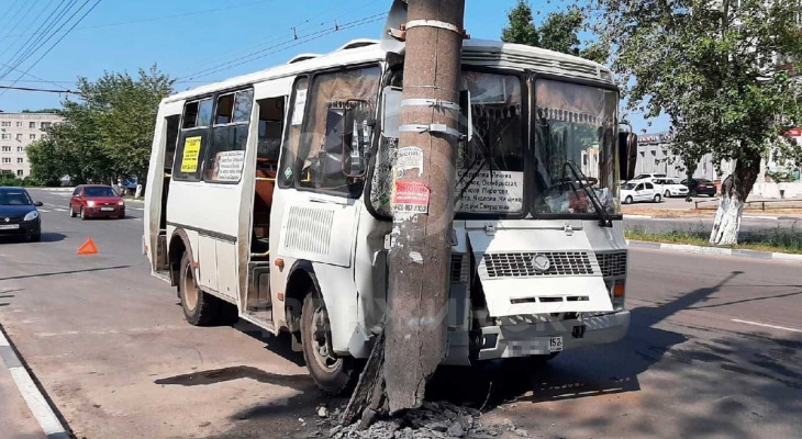 Пассажирский автобус врезался в столб в Нижегородской области