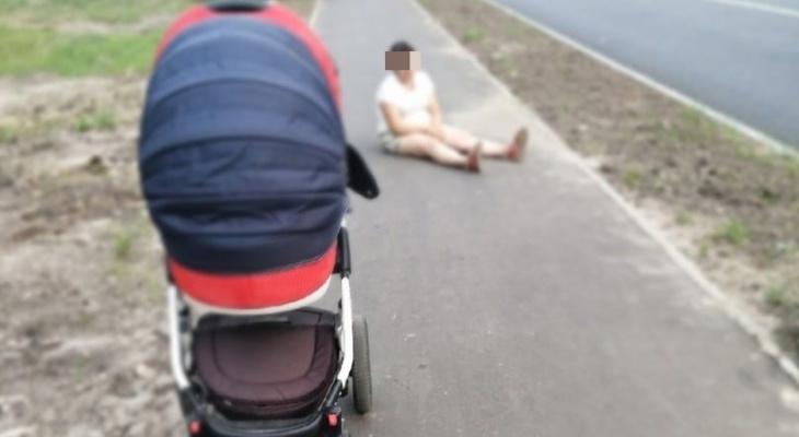 Младенец едва не попал под колеса машины из-за пьяной матери в Нижнем Новгороде