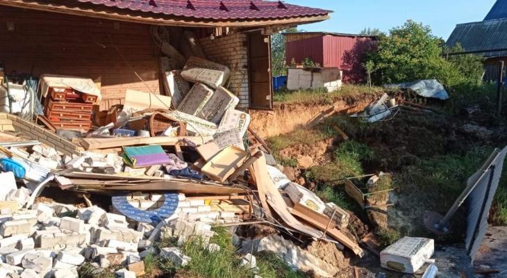 Гараж рухнул из-за 30-метрового провала грунта в Балахне 21 июля